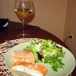 Filet z łososia na talerzu podawany z sałatą